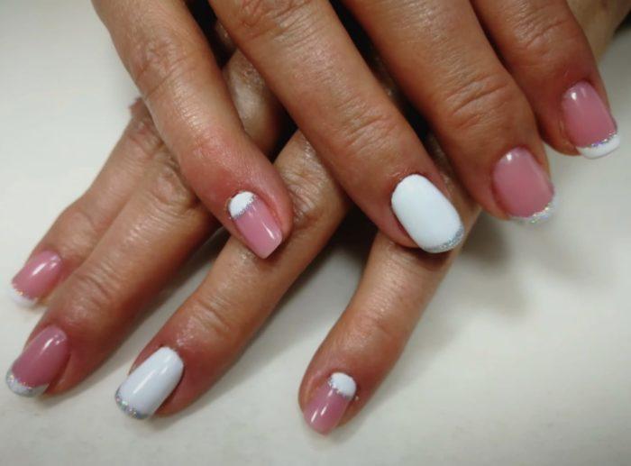 Маникюр в бело-розовых тонах